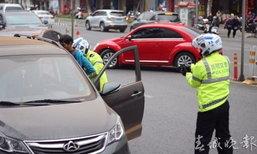 แตกตื่น! ตำรวจจีนชักปืนหยุดรถ จับคนขับเมาแล้วขับ ไม่ยอมให้ตรวจ