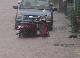 ฝนถล่มระยองทำน้ำท่วมขัง1.50ม.รถจมมิด