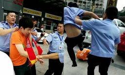 เทศกิจจีนรุมทำร้ายนักเรียนทำงานพิเศษ เตะล้มฟุบกระทืบซ้ำ