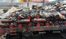 รถบรรทุกจีนไฟไหม้ คนขับเพิ่งรู้ในรถมีถังดับเพลิงกว่า 200 ถัง
