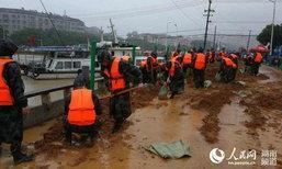 บัณฑิตทหารทิ้งงานจบการศึกษา รุดช่วยประชาชนประสบภัยน้ำท่วม