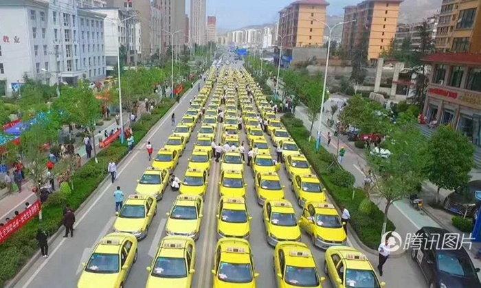 แน่นขนัด! แท็กซี่-บัสจีนเกือบ 700 คัน รวมตัวขับส่งนร.สอบเอ็นทรานส์ฟรี