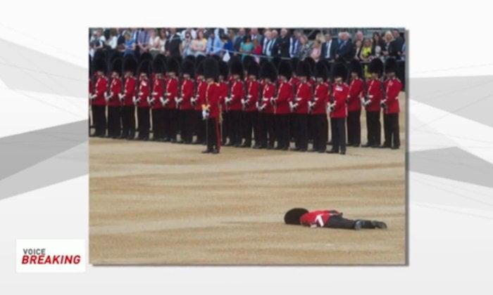 ทหารอังกฤษเป็นลมคาขบวนสวนสนาม คาดเพราะ 'หมวกหนัก'