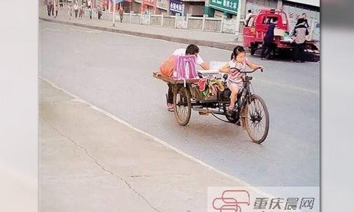 ภาพประทับใจ เด็กหญิงจีนสู้ชีวิต ถีบจักรยานช่วยตายายขายของ
