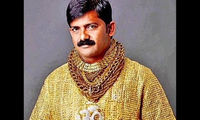 เศรษฐีเงินกู้อินเดียเจ้าของเสื้อทองคำ 7 ล้าน โดนรุมทุบตีเสียชีวิต
