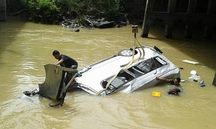รถตู้นักท่องเที่ยวอังกฤษ เสียหลักลงคลอง ตาย 1 เจ็บ 6