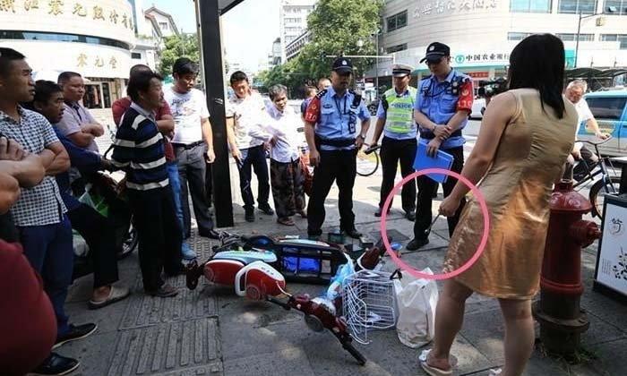 หญิงจีนถูกปรับขี่รถบนทางเท้า ด่ากราดตำรวจ-หวิดเผารถ
