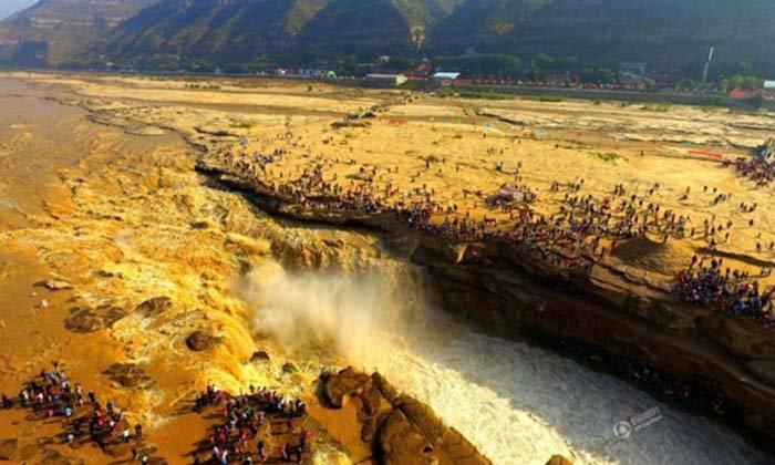 คนแห่ชมอภิมหาน้ำตกสีเหลืองอร่ามแห่งแม่น้ำฮวงโห