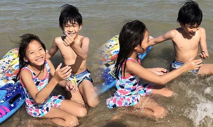 น่าเอ็นดู! หน่อย บุษกร ตุ๊ก ชนกวนันท์ พาลูกๆ เที่ยวทะเลด้วยกัน