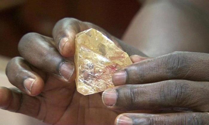 ฮือฮา! บาทหลวงในแอฟริกาขุดพบเพชรเม็ดยักษ์หนัก 706 กะรัต มูลค่ากว่า 172 ล้าน
