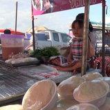 590711ฮือฮาโลกโซเชี่ยลเด็กหญิงแฝดช่วยพ่อแม่ขายปลาเผา
