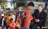 ฮือฮา! เศรษฐีใจบุญเมืองอุดร เปิดบ้านแจกอั่งเปาตรุษจีน คนครึ่งหมื่นแห่รับ