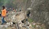 หินภูเขากาญจน์ ถล่มทับรางรถไฟหยุดวิ่ง 4 ขบวน
