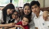 """อบอุ่น! """"น้ำฝน โกมลฐิติ"""" พาลูกกลับมาเยี่ยมครอบครัวที่เมืองไทย"""