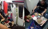 แบบนี้ก็ได้หรอ? หนุ่มจีนตากผ้า-ตั้งโต๊ะกินข้าวบนรถไฟใต้ดิน