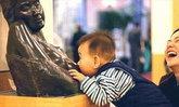 หิวจริงๆ นะ! หนูน้อยโผเข้าดูดนมรูปปั้นเปลือยในพิพิธภัณฑ์
