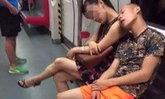 ชาวเน็ตสุดทนรุมประณามหนุ่มทำพฤติกรรมเถื่อนในรถใต้ดิน