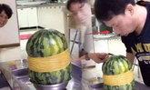 หนุ่มจีนใช้หนังยาง 700 เส้น รัดใส่แตงโม ได้ผลลัพธ์สุดทึ่ง!
