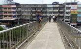 หนุ่มคลั่งอุ้มลูกน้อย จะโดดสะพานลอยตาย ตร.กล่อมวุ่น
