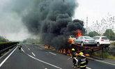 ไฟไหม้วอด รถเทรลเลอร์บรรทุกรถยนต์คันใหม่ 21 คันเหลือแต่ซาก