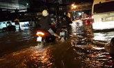 ทะเลเมืองทอง! ฝนตกน้ำท่วมสูงข้ามคืน รถเล็กผ่านไม่ได้