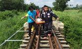 พี่ชายฮีโร่ ช่วยน้องรอดพ้นรถไฟชน จนตัวเองถูกทับตายแทน