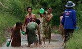 ชาวขอนแก่นนุ่งกระโจมอกร้องซ่อมถนนเข้าหมู่บ้าน