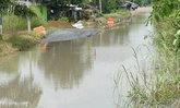 ถนนเลียบคลอง13 ปทุมฯ น้ำเอ่อท่วมสัญจรไม่ได้
