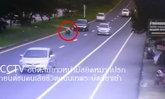 ภาพสยอง! วินาทีป้าวิ่งลงถนน นั่งขวางให้เก๋งป้ายแดงทับตาย