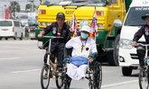 ชายพิการปั่นวีลแชร์ผ่านแปดริ้วมุ่งหน้าสนามหลวง