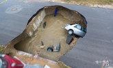 เกิดหลุมยุบขนาดใหญ่กลางถนนในเท็กซัส กลืนรถ 2 คัน คร่าผู้ช่วยนายอำเภอหญิงดับ