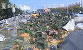 รถบรรทุกไข่เมืองจีนพลิกคว่ำ เทกระจาดแตกเกลื่อนถนนกว่า 3 แสนฟอง