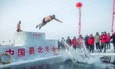 กล้าท้าความหนาว! จีนจัดแข่งว่ายน้ำฤดูหนาว อุณหภูมิติดลบ 30 องศา