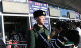 ซึ้ง! พ่อแม่ชาวจีนมาเยี่ยมลูกชายทหารติดทำหน้าที่ช่วงตรุษจีน