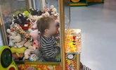 เด็กชายใจร้อน มุดตู้จับตุ๊กตาเอง แฮปปี้ติดอยู่ในนั้น 10 นาที