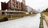 ตะลึง! แม่น้ำในจีนเปลี่ยนสีเหมือนน้ำนม