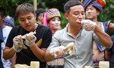 สนุกสนาน! แข่งขันกินไก่ทั้งตัวที่จีน หนุ่มเขมือบหมดใน 3 นาที