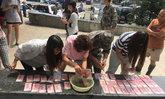 เป็นปึก! ทหารจีนช่วยกู้ภัยน้ำท่วมพบเงินสดนับแสน