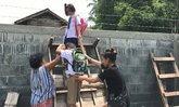 เด็กแฝดได้ทางเข้าออกแล้ว หลังต้องปีนกำแพงไปโรงเรียน