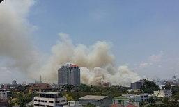 ระทึก!ไฟไหม้หญ้าเลียบด่วนเร่งควบคุมเพลิง