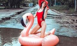 นางแบบรัสเซียประท้วงถนนพัง ด้วยการถ่ายแบบชุดว่ายน้ำในหลุมน้ำขัง