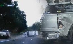 แชร์คลิปหญิงขับเก๋งชนกระบะพลิกคว่ำ รอดตายหวุดหวิด