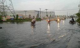 ปทุมฯฝนตกต่อเนื่องทำน้ำท่วมขังทางเข้าหมู่บ้าน