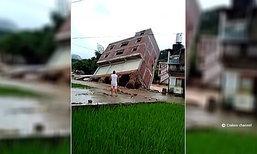 """อึ้งกิมกี่! น้ำท่วมจีนซัด """"ตึก"""" ล้มครืนต่อหน้าต่อตา"""