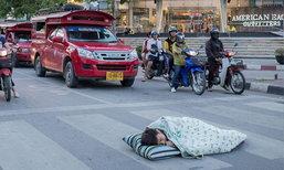 กระหึ่มโซเชียล! นักศึกษานอนกลางสี่แยกประชดรถติด ตร.จ่อเรียกตักเตือน