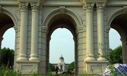 มหาวิทยาลัยเมืองจีน เลียนแบบประตูชัย ใช้งบสูง 15 ล้าน!
