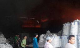 ไฟไหม้โรงงานพลาสติกมหาชัย-จนท.เร่งคุมเพลิง