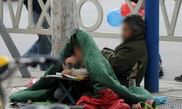 คนจีนเวทนา เด็กหญิงนั่งห่มผ้าทำการบ้าน อยู่ข้างๆ พ่อขอทาน