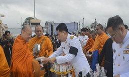 พสกนิกรทั่วไทยตักบาตรในวันปัณรสมวาร