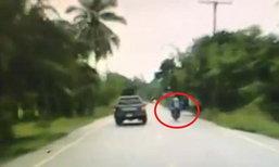นาทีสังหารโหด! กล้องหน้ารถจับภาพ 2 คนร้ายซิ่ง จยย. ยิงผู้ใหญ่บ้านดับคากระบะ